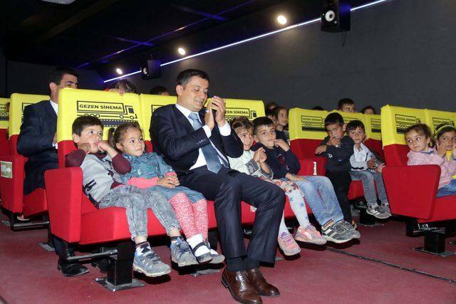 Erciş'te çocuklar sinema TIR'ında film izledi
