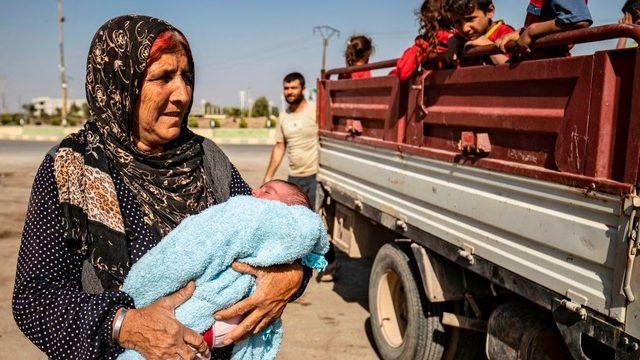 60 bin sivilin Türkiye'nin harekatı kapsamında kalan bölgeyi terk ettiği belirtiliyor