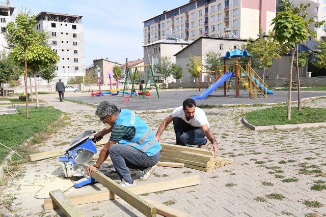 Muş'ta tahrip olan parkların bakımını sürdürüyor