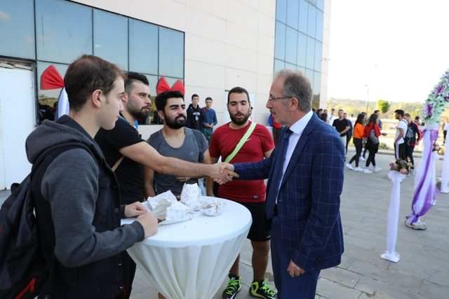 Bartın Üniversitesi öğrencilerine çay ve kestane ile 'Hoş Geldiniz' dedi