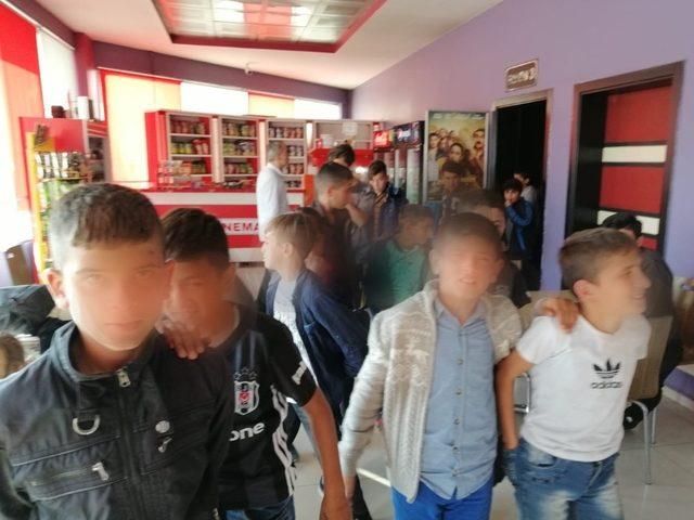 Sokakta çalışan ve proje bünyesinde açılan kurslara düzenli olarak katılan 50 çocuk,  sinemaya götürüldü