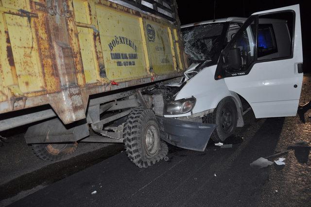 Minibüs, traktörün römorkuna çarptı: 5 yaralı