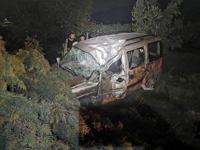 Takla atan hafif ticari aracın sürücüsü öldü, eşi yaralandı