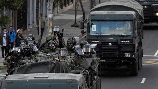 Askeri araçlar Quito sokaklarında