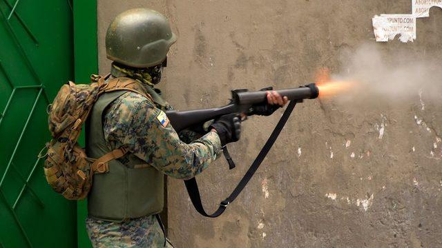 Kolluk kuvvetleri gösterileri bastırmak için göz yaşartıcı gaz kullandı