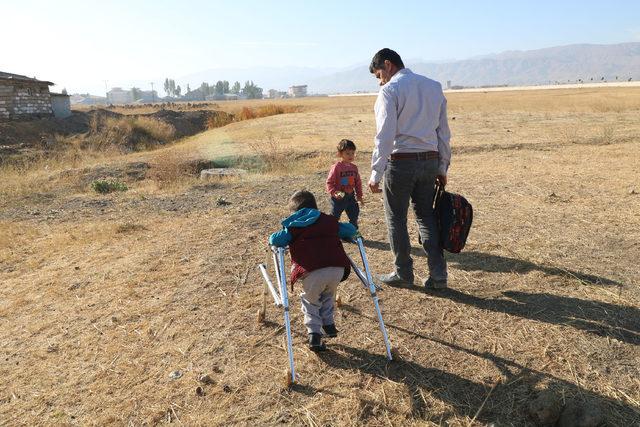 Engelli oğlunu okula kucağında taşıyor