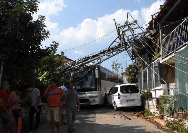 Turistleri taşıyan otobüsün çarptığı trafo direği, evin üzerine devrildi