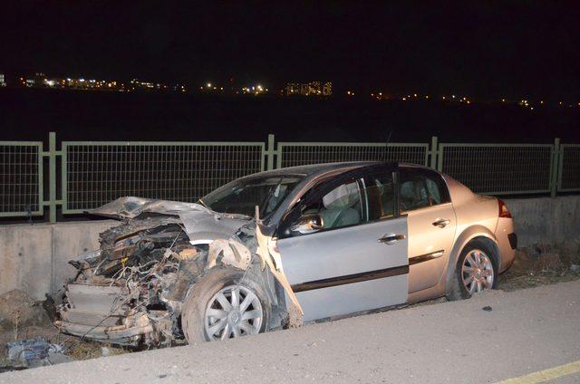 Otomobil üniversite bahçesinin duvarına çarptı: 3 yaralı