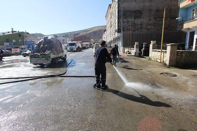 Cadde ve sokaklar tazyikli suyla yıkandı