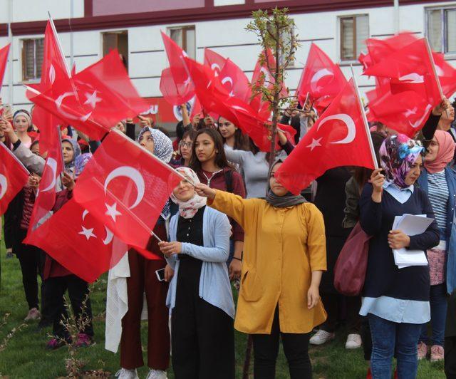 Yurttaki kız öğrencilerden harekata selamlı destek