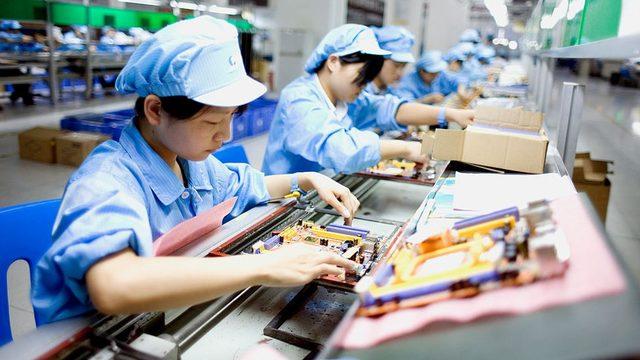 Manila'da fabrikada çalışan kadın işçiler