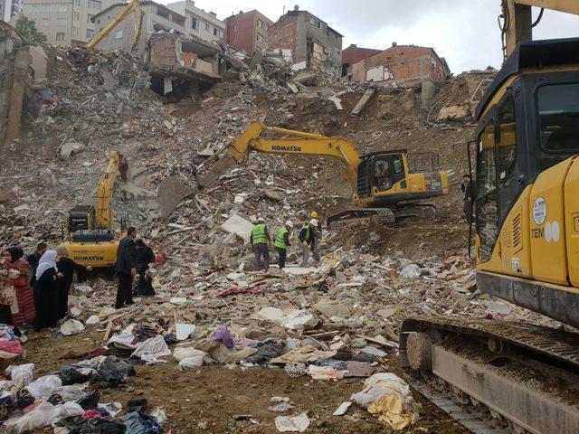 Kağıthane'de 6 ay önce çöken binanın enkazından çıkarılan ziynet eşyaları ve paralar sahibine teslim edildi