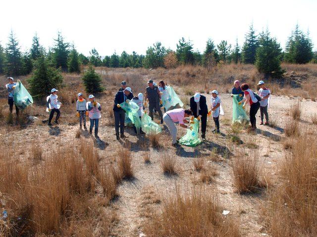 Öğrenciler 1 saatte 20 çuval çöp topladı
