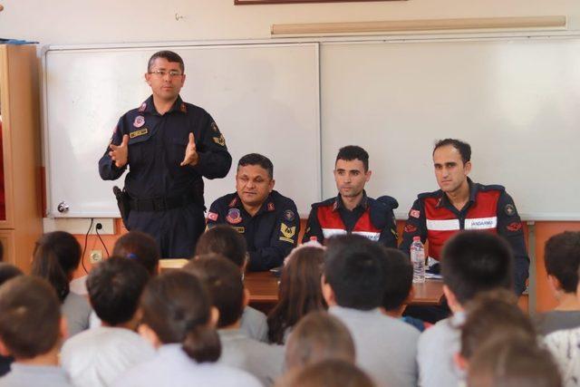 Jandarmadan öğrencilere trafik eğitimi ve meslek semineri