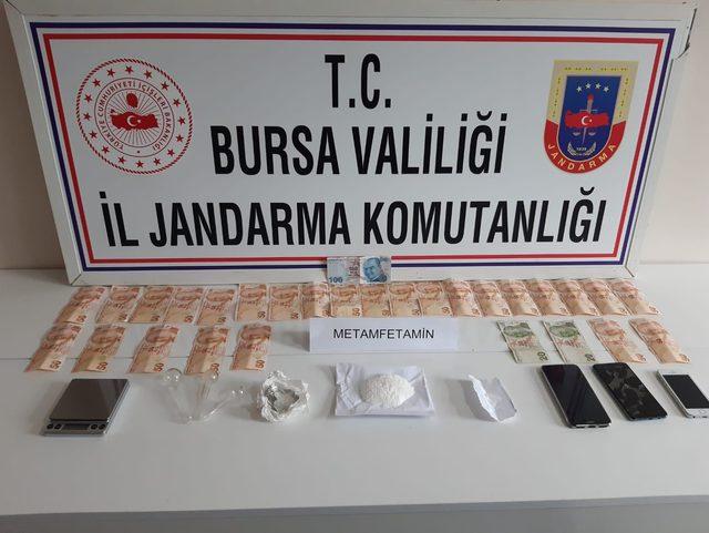 Otomobil içinde uyuşturucu ticaretine 3 gözaltı