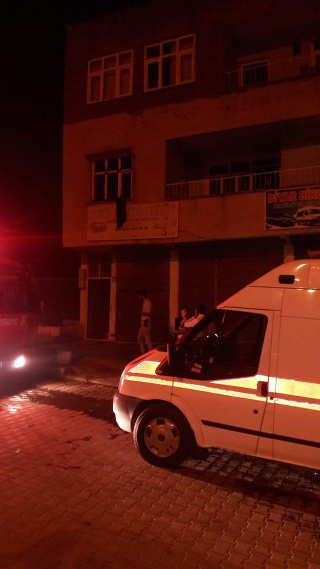Eşinin üzerinde benzin döküp ateşe verdiği kadın, ikinci kattan atlamış