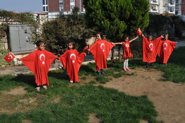 Edremit'te kreş öğrencilerinden 'asker selamı'