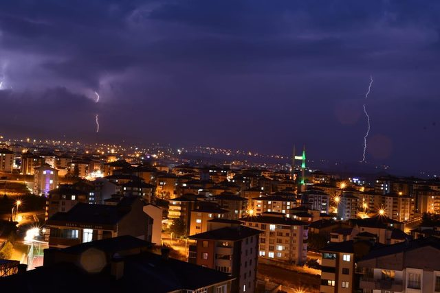 Karabük'te şimşekler gökyüzünü aydınlattı