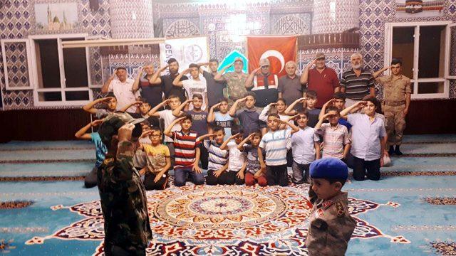 Askeri kamuflaj giyen imam, cemaatle birlikte Mehmetçiğe selam gönderdi