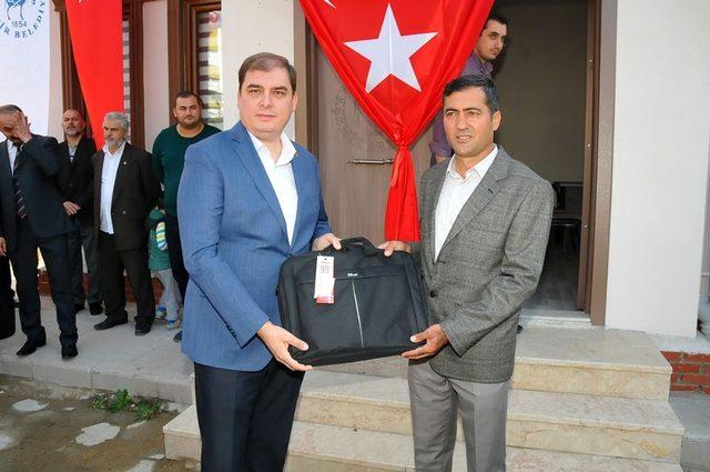 Akşehir'de muhtarlara dizüstü bilgisayar verildi
