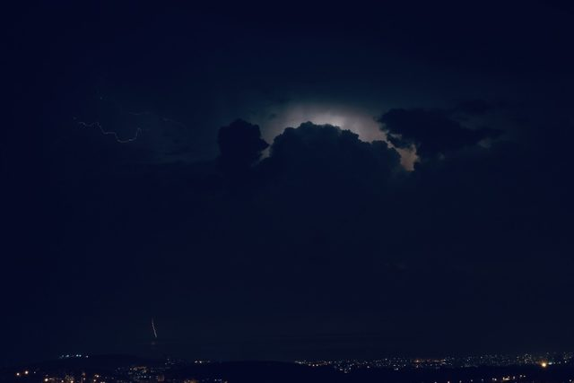 Hatay'da şimşekler geceyi aydınlattı
