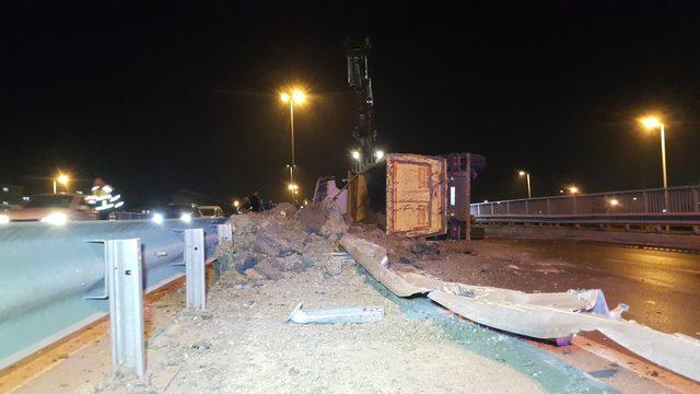 Esenler'de toprak yüklü hafriyat kamyonu devrildi: 1 yaralı