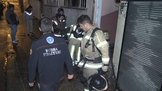 Düşen mum evini yaktı, ölen köpeği gözyaşına boğuldu