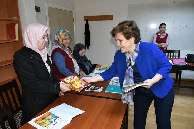 Karabük'te okuma-yazma kursiyerlerine hediye