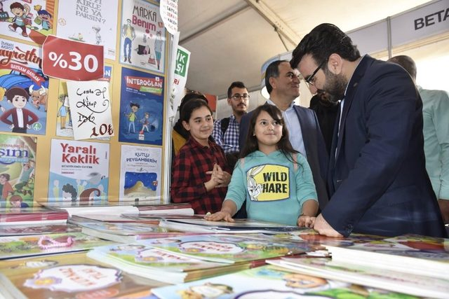 AK Parti Batman İl Başkanı Gür gençlere kitap hediye etti