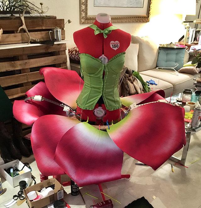 moving-rose-petals-costume-22-5dc4295755cb1__700