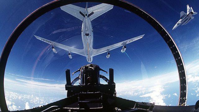 yakıt ikmali yapan uçaklar
