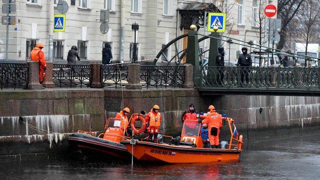 Dalgıçlar St Petersburg'daki Moika nehrinde delil arıyor