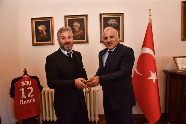 Trabzon'da fenalaşan yolcuya müdahale eden otobüs şoförü ödüllendirildi