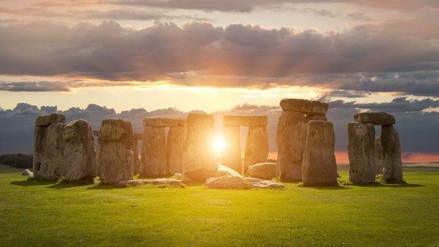 İngiltere'de Salisbury'de Neolitik dönemde M.Ö. 3000'li yıllarda kurulmasına başlanan Stonehenge anıtı