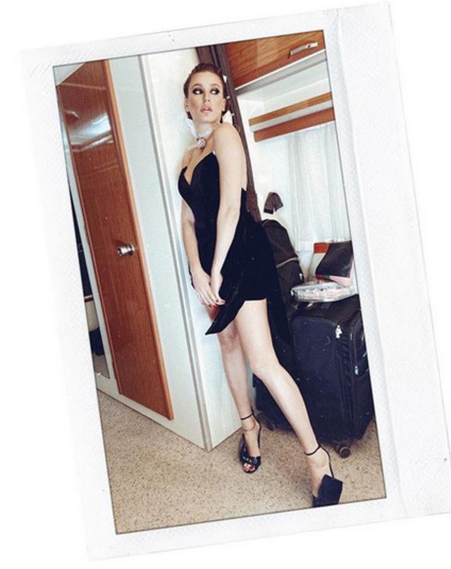 Mini elbisesiyle göz dolduran Serenay Sarıkaya'dan 2020 pozu!