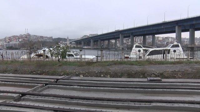 (Ek fotoğraf ve bilgiyle) Haliç'te kaderine terk edilen deniz taksiler havadan fotoğraflandı