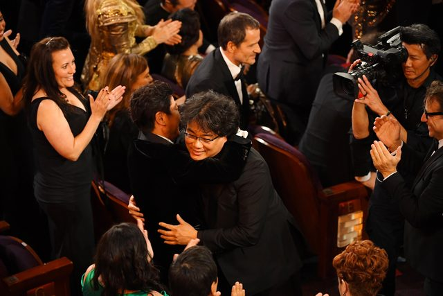 2020-02-10T042900Z_1038081314_MT1USATODAY14021943_RTRMADP_3_FEB-9-2020-LOS-ANGELES-CA-USA-BONG-JOON-HO-EMBRACES