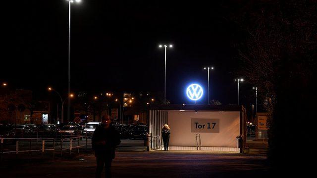 Volkswagen otomobil üretimini Avrupa çapında kapatmaya başlarken işçiler son şiftlerini tamamlayıp çıkıyor