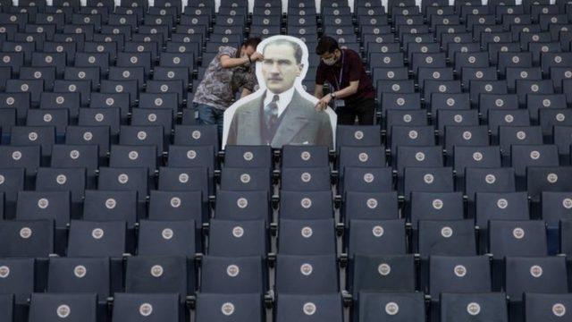 Ülker Stadyumu'nda tribüne iki taraftar maketi büyüklüğünde bir Mustafa Kemal Atatürk maketi de yerleştirildi