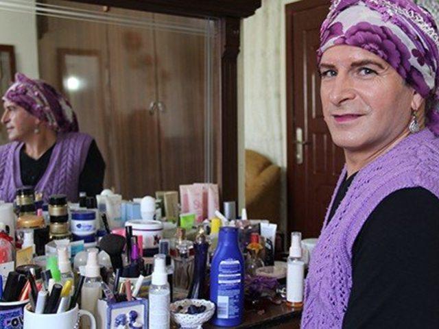 İzmir'de sahnelerden Akhisar'ın köylerine uzanan bir trans kadın öyküsü: İhsan Hala