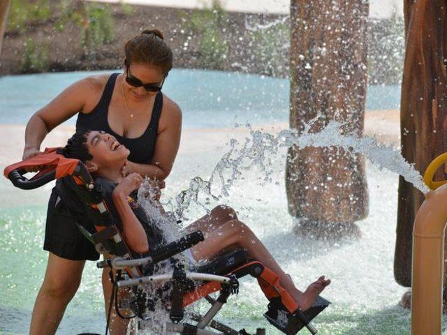 Engelli çocuklar için eğlencenin önündeki bütün engelleri kaldıran su parkı