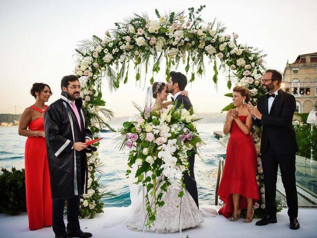 Yılın düğünü: Fahriye Evcen ve Burak Özçivit çiftinin masalsı düğününden kareler