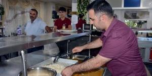 Muhteşem bir gelenek, Fakir Masası: Karnı acıkan gelip ücret ödemeden yemeğini yiyor