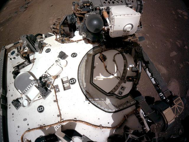 Bu görüntüde uzay aracının gövdesini ve gezegendeki kimyasal maddeleri tespit etmede kullandığı kol üzerindeki PIXL cihazını görüyoruz.