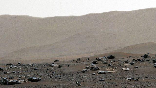 Panorama görüntüden alınmış bu detayda, uzay aracının indiği Jezero Krateri'nin kilometrelerce ötedeki kenarı görülüyor.