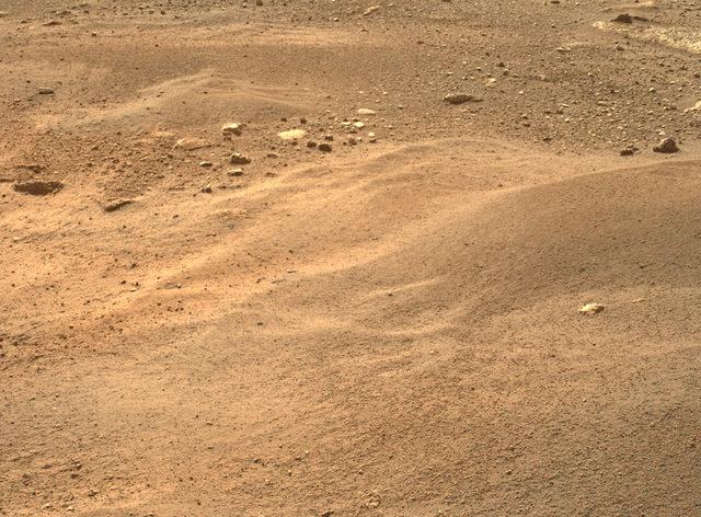 Aynı kameranın önceki görüntüden iki gün önce çektiği bu görüntü, Perseverance'ın Mars'taki ikinci haftasında elde edilen görüntüler arasından halk oylaması ile