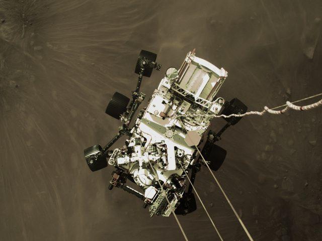 Uzay aracının gönderdiği ilk görüntüler iniş öncesinden. Burada Perseverance üç naylon ip ve bir