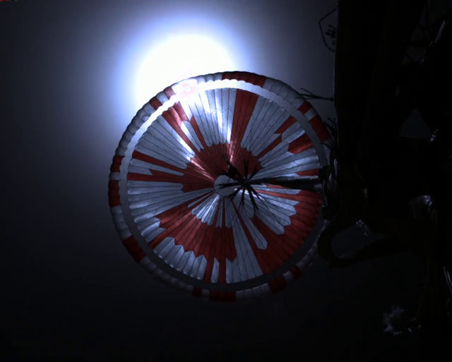 Bu görüntü de iniş sırasında çekilmişti. Aracın yerden yüksekliği 11 km iken süpersonik paraşüt açılarak inişin yavaşlaması sağlanmıştı.