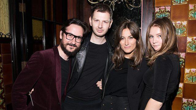 O zamanlar Anna Delvey diye tanınan Anna Sorokin (sağ başta), 2014'te New York'taki bir otelde yapılan defilede.