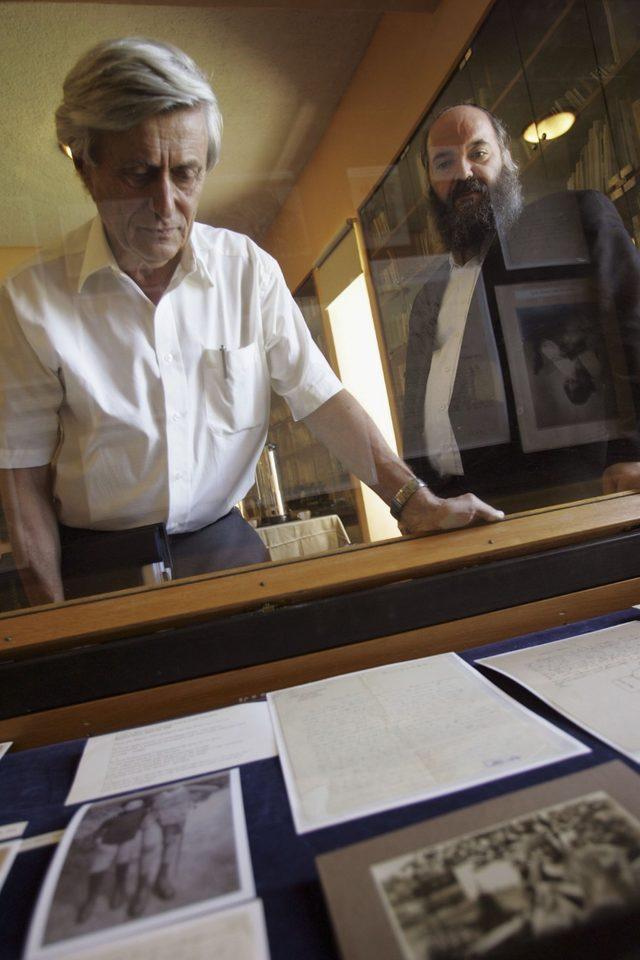 Profesör Gutfreund (solda) Kudüs İbrani Üniversitesi'nde Albert Einstein'ın mektupları ile